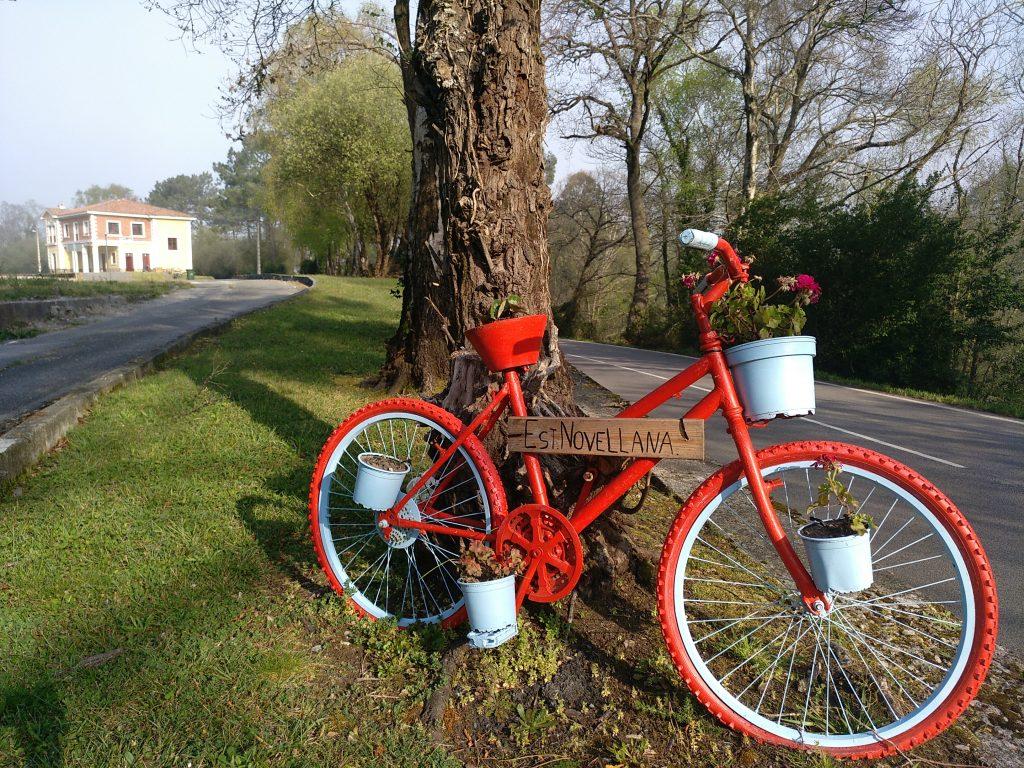 Bicicleta en la estación de tren de Novellana